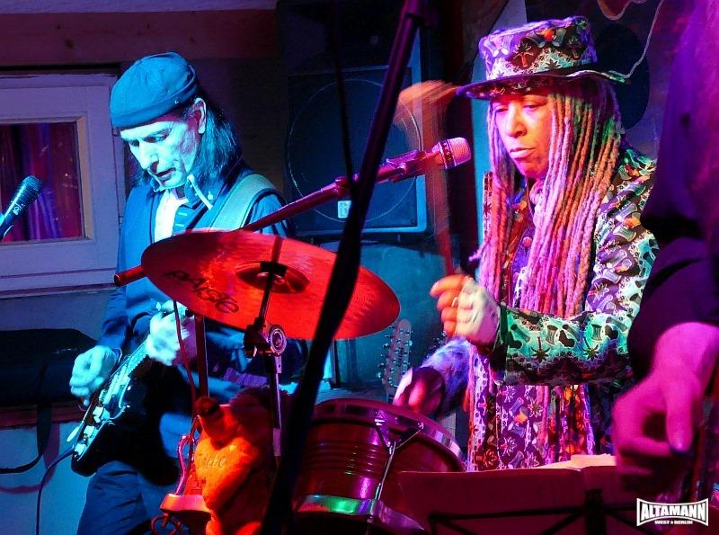 Rita Moss mit Percussion und Harry Collin mit E-Gitarre live auf der Bühne