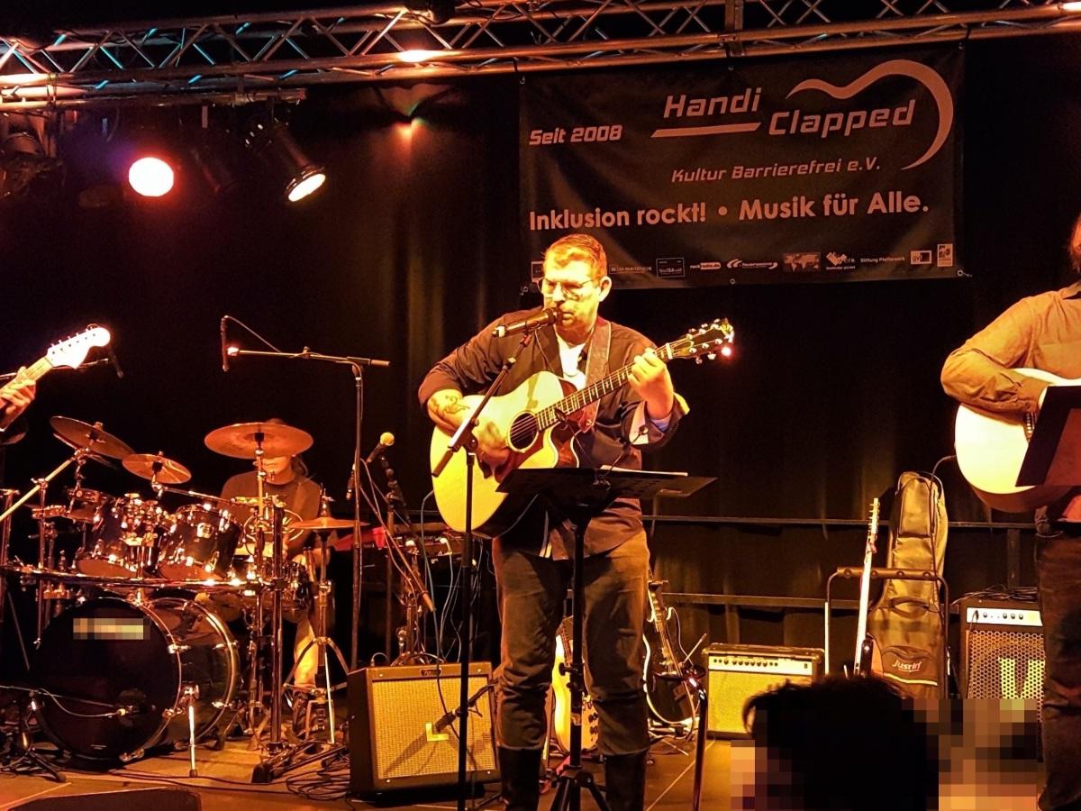 Vier Mitglieder der Band The Way live auf der Bühne im Pfefferberg Haus 13