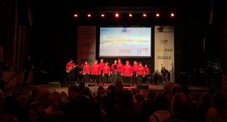 Die Mürwicker Band live auf der Bühne mit viel Publikum