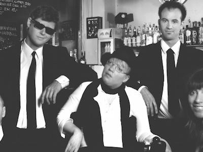 Die zwei Frauen und drei Männer der Band Turriaz in einer Bar, in schwarz weiß