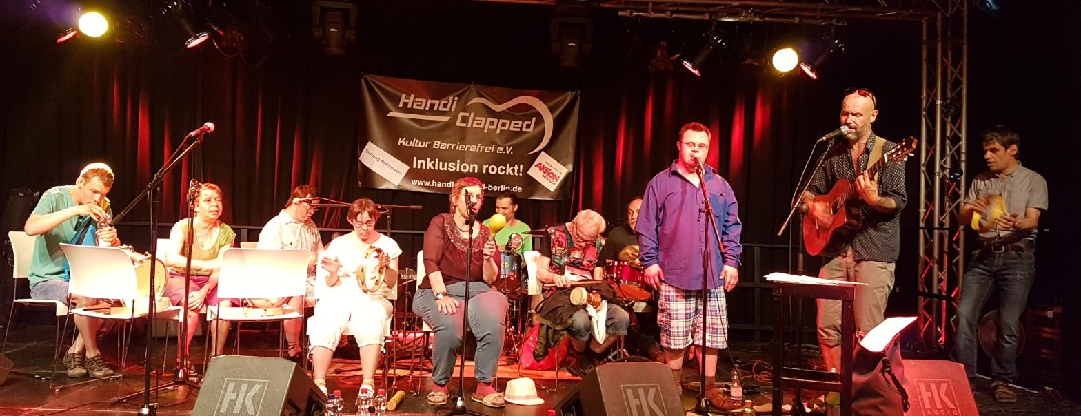 11 Mitglieder der WS Rocker live auf der Bühne in Berlin