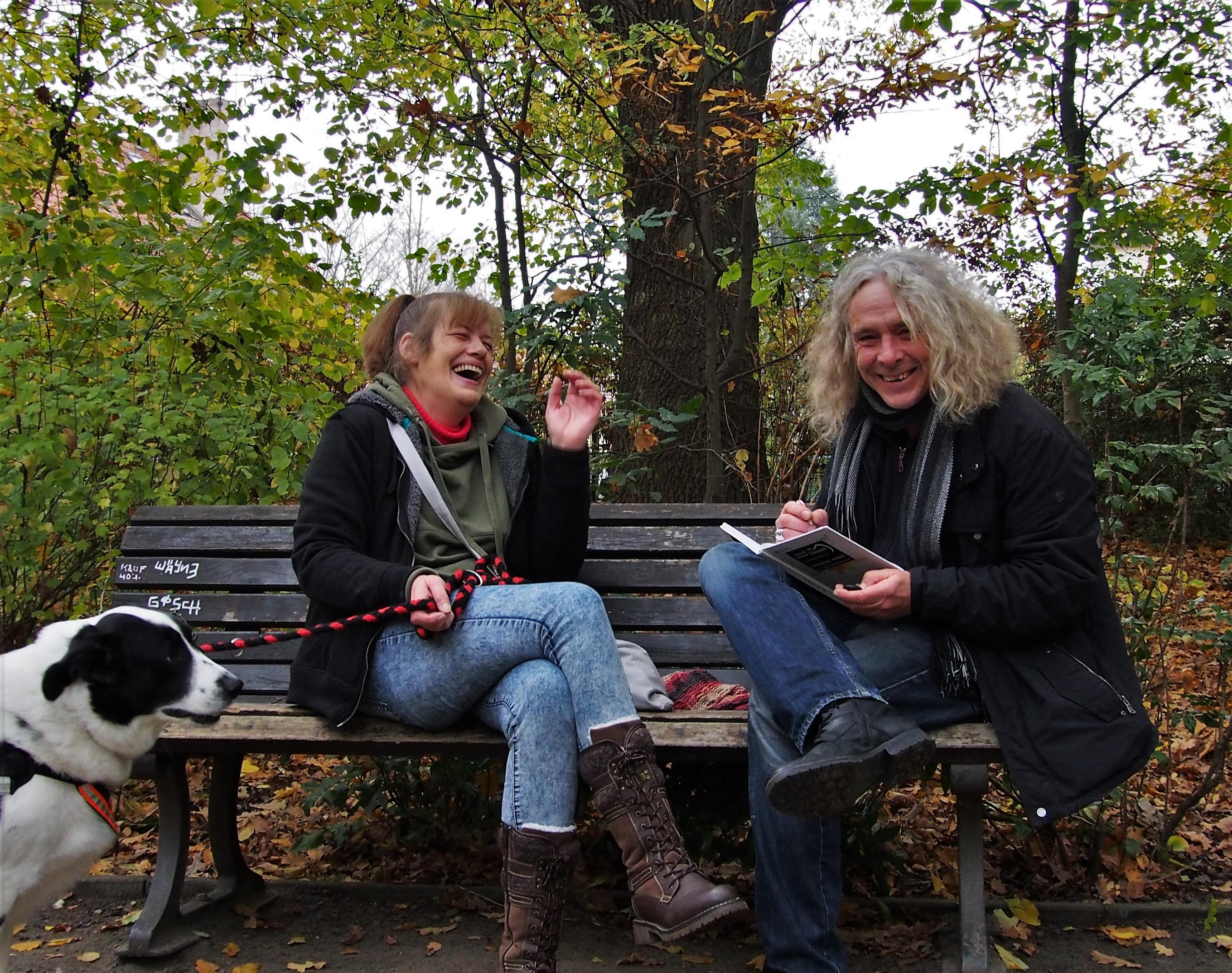 Claudi und Jens im Park, beide lachen ausgelassen