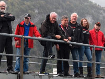 11 Mitglieder der Brenz Band an einem Geländer, im Hintergrund ein Fels und Wald.