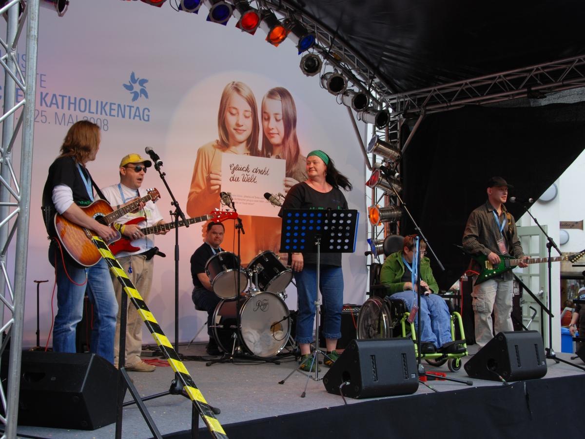 Fünf Mitglieder der Band Vollkaracho live auf einer Freilichtbühne