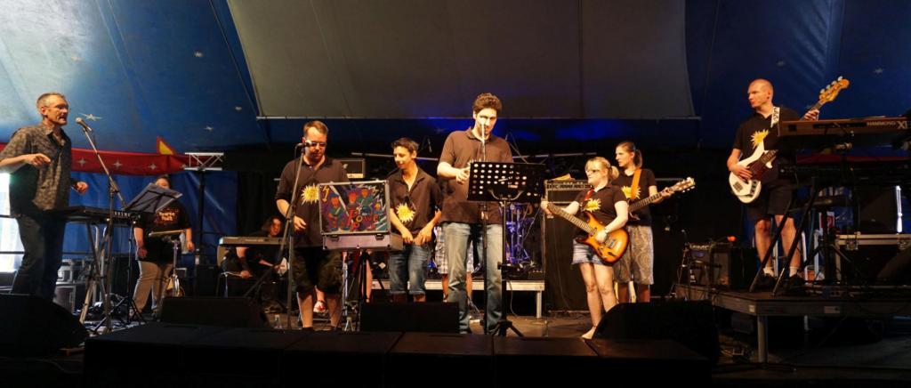 Acht Mitglieder der Band PowerPack live auf der Bühne