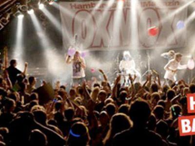 Logo von einem Männchen mit Gitarre und der Schrift Oxmox, daneben ein Bild mit einer Band auf der Bühne vor einer begeisterten Menge, dazu Schriftzug Hamburg Bandcontest