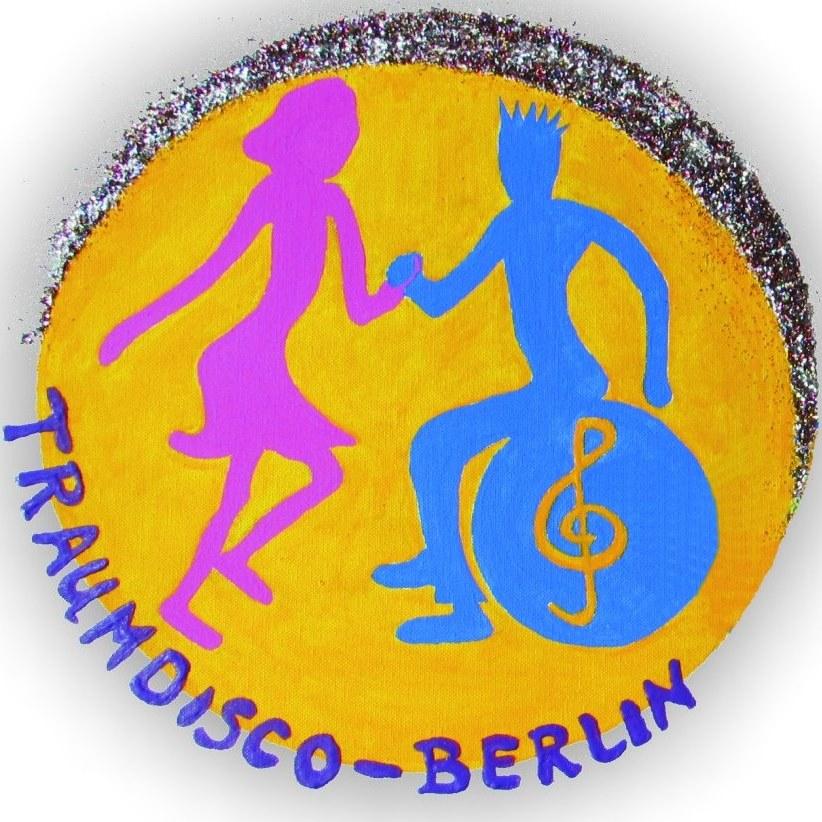 Logo der Traumdisco Berlin. Zu sehen ist eine bunte Zeichnung von einem Mann in Blau, auf einem Gymnastikball sitzend und einer Frau in pink, tanzend. Beide halten sich an der Hand. Darunter steht der Schriftzug Traumdisco Berlin